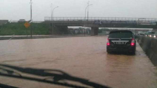 Banjir di KM 37 Tol Jakarta Cikampek