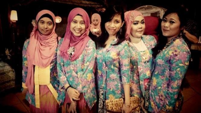Ilustrasi beberapa wanita cantik di sebuah kondangan di Indonesia