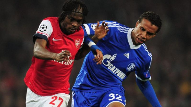 Bek Schalke 04, JoeL Matip (kanan)