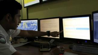Petugas BMKG tengah menganalisis prakiraan cuaca/Ilustrasi.