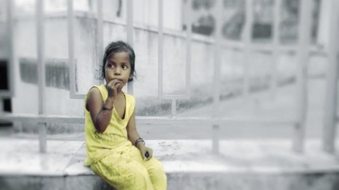 Anak kecil tanpa kasih orangtua.