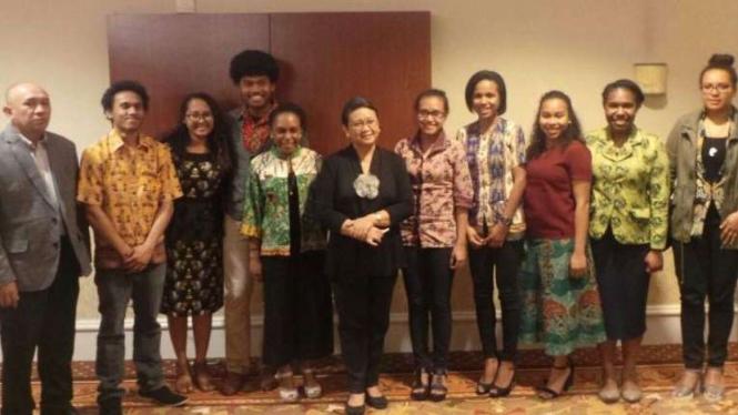 Menlu Retno dan KSP Teten Masduki bersama 9 mahasiswa Papua di California (14/2)