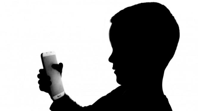 Ilustrasi anak bermain ponsel.