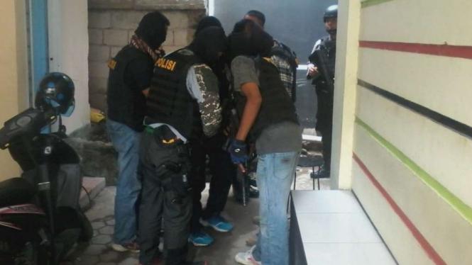 Densus 88 saat akan melakukan aksi penangkapan teroris
