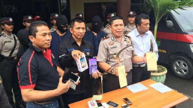 Polisi memperlihatkan barang bukti hasil kejahatan kelompok begal di Tanjung Priok, Jakarta Utara.