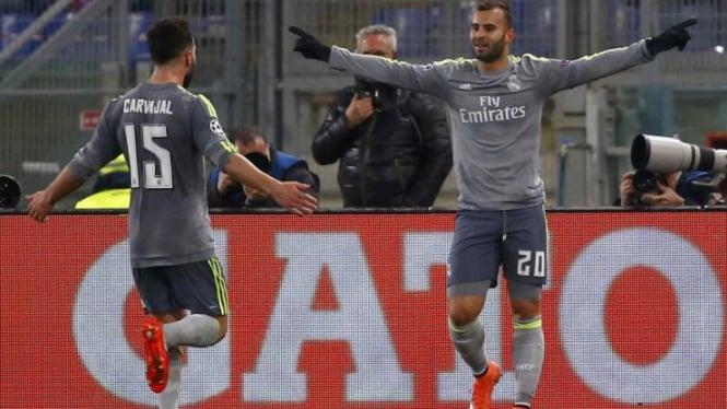 Pemain Real Madrid Jese Rodriguez merayakan gol ke gawang AS Roma.