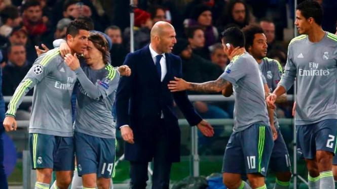 Pelatih Real Madrid, Zinedine Zidane (hitam) dan para pemainnya.