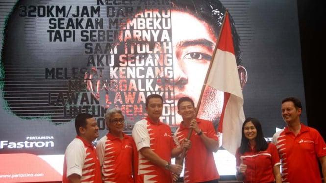 Pembalap Indonesia dari tim Manor Racing, Rio Haryanto bersama Menpora Imam Nahrawi