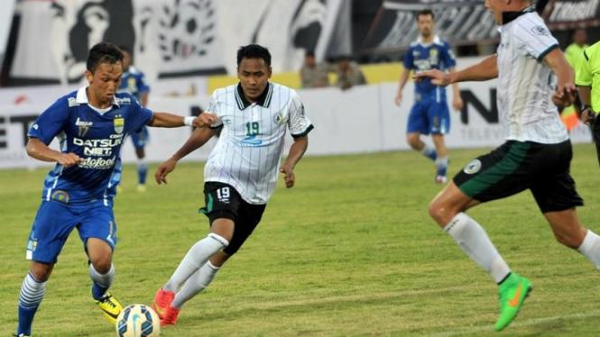 Gelandang Persib, Rahmad Hidayat saat melawan PSS Sleman.