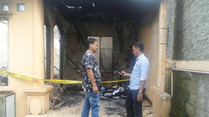 Sebuah rumah di kompleks Perumahan Citra Raya Cluster Raflesia, Blok F 28/66, Kecamatan Panongan, Kabupaten Tangerang, Banten, terbakar pada Jumat, 19 Februari 2016.