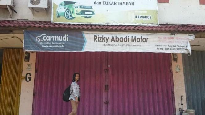 Sebuah rumah toko di Kota Malang, Jawa Timur, digeledah petugas KPK pada Jumat, 19 Februari 2016.