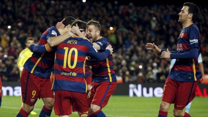 Para pemain Barcelona merayakan gol.