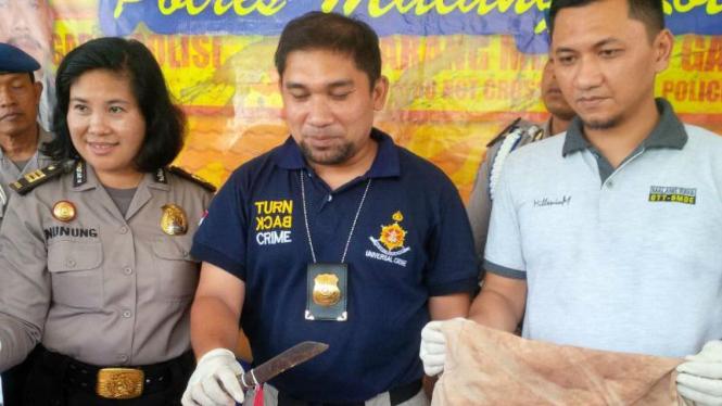 Polisi menunjukkan pisau dapur yang disita sebagai barang bukti pembunuhan Betsy Susilowati alias Nenek Rusty, perempuan berusia 70 tahun, di Kota Malang, pada Selasa, 23 Februari 2016.