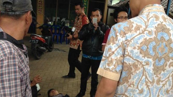 Gubernur Jawa Tengah, Ganjar Pranomo menolong korban kecelakaan. Rabu, 24 Februari 2016
