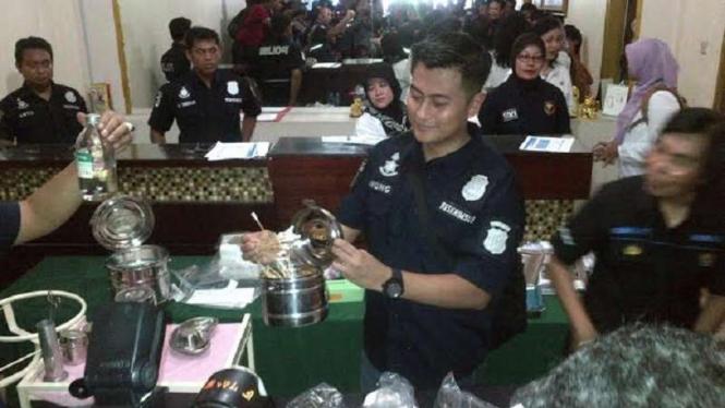 Ilustrasi/Polisi psaat memperlihatkan peralatan aborsi di klinik aborsi Menteng Jakarta Pusat