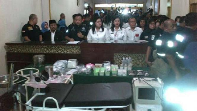 Alat medis yang ditemukan di klinik aborsi ilegal Menteng, Jakarta Pusat.