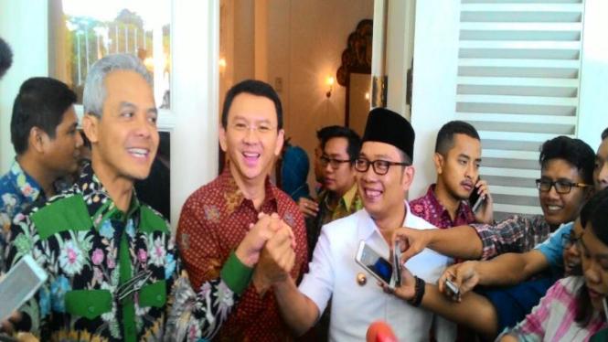 Gubernur Jawa Tengah Ganjar Pranowo, Gubernur DKI Basuki Tjahaja Purnama (Ahok) dan Wali Kota Bandung, Ridwan Kamil salam komando di Balaikota, Jakarta, Kamis, 25 Februari 2016.