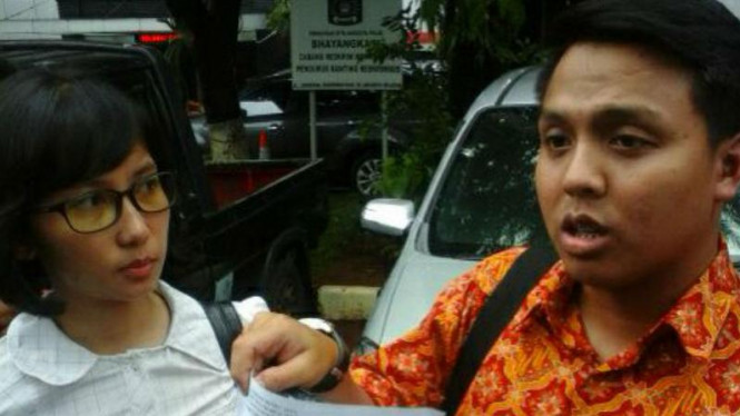 Kuasa hukum dua bocah warga Pulogadung, Jakarta Timur, yang menjadi korban penganiayaan dua orang dewasa seusai melapor kepada Polda Metro Jaya pada Kamis, 25 Februari 2016.