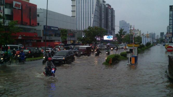 Sejumlah mobil menerobos banjir beberapa waktu silam.  Mobil terkena banjir rawan berkarat.