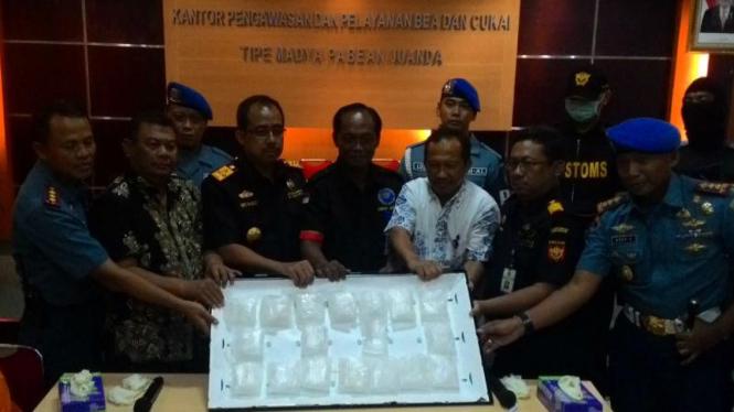 Barang bukti sabu-sabu 2,57 kilogram saat dirilis Bea dan Cukai Bandara Juanda di Surabaya pada Jumat, 26 Februari 2016.