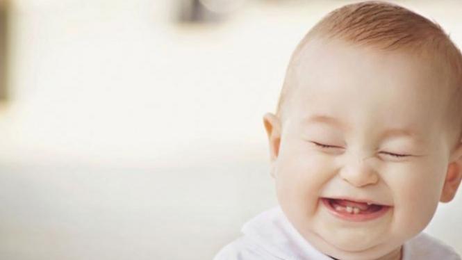Bayi tertawa.