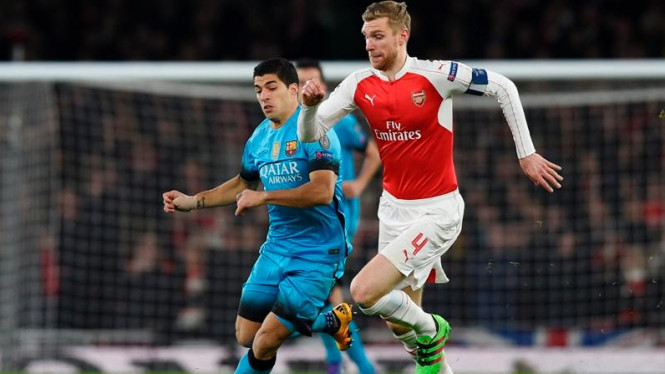 Kapten Arsenal, Per Mertesacker (kanan).