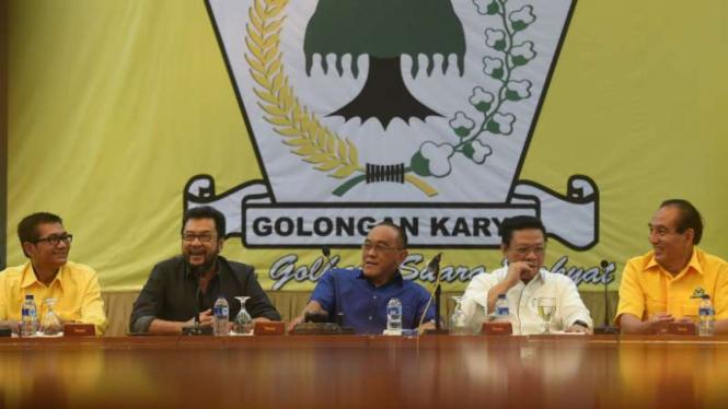 Ketua Umum Partai Golkar Aburizal Bakrie bersama sejumlah petinggi Golkar, Jumat (19/2/2016)