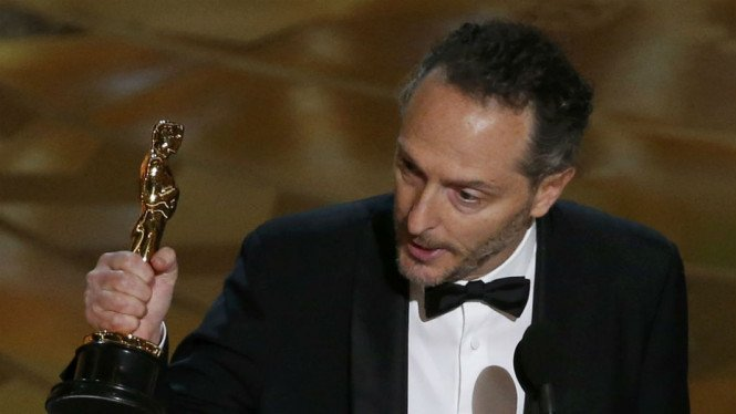Emmanuel Lubezki menerima penghargaan untuk kategori Best Cinematography lewat film The Revenant di ajang Academy Awards ke-88.
