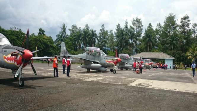 Pesawat Super Tucano dari Brasil tiba di Hanggar Skadron 21 Lanud Abdurahman Saleh, Malang, Senin, 29 Februari 2016.