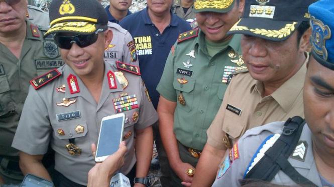 Kapolda Metro Jaya Irjen Pol Tito Karnavian (kiri)