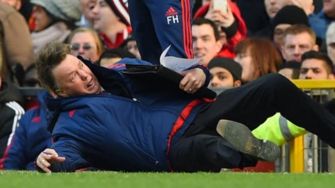 Manajer Manchester United, Louis van Gaal, saat berlagak diving
