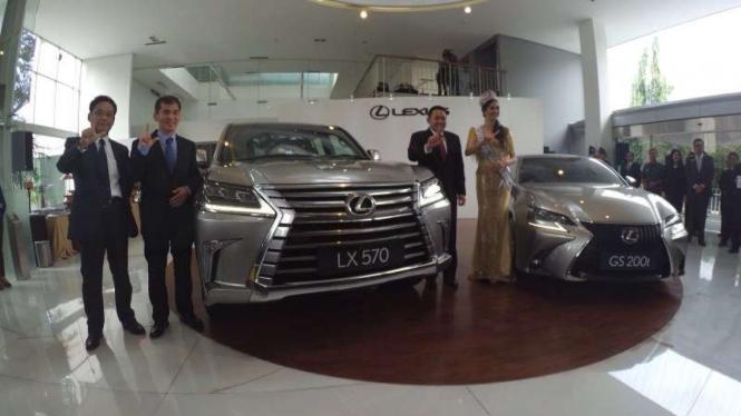 Lexus LX 570 dan GS 200t terbaru.