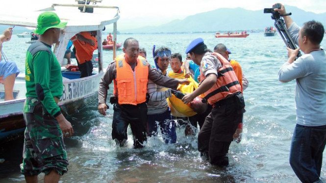 Ilustrasi/Penyelamatan korban tenggelam akibat terseret ombak di pantai.