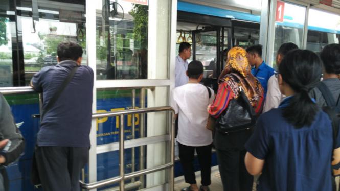 Ilustrasi Penumpang APTB diturunkan di halte Cawang