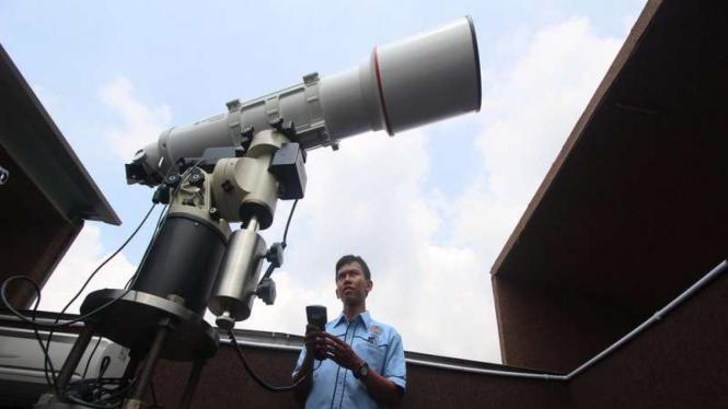 Petugas melakukan uji coba peralatan teleskop yang akan digunakan untuk mengamati gerhana matahari (GMT) di Observatorium Ilmu Falak Universitas Muhammadiyah Sumatera Utara, Medan, Sumut, Senin (7/3)