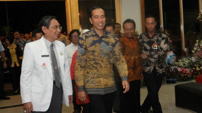 Presiden Jokowi tiba di rumah sakit untuk menjenguk cucu.