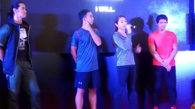 Ade Rai (jaket hitam) dan Iko Uwais (kaus merah) di acara pembukaan 0f55598b43