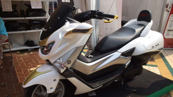 Yamaha NMAX dengan aksesori lengkap.