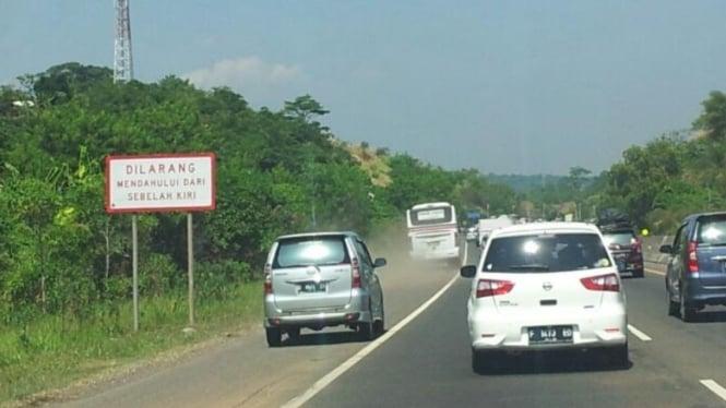 Ilustrasi kendaraan di jalan tol.