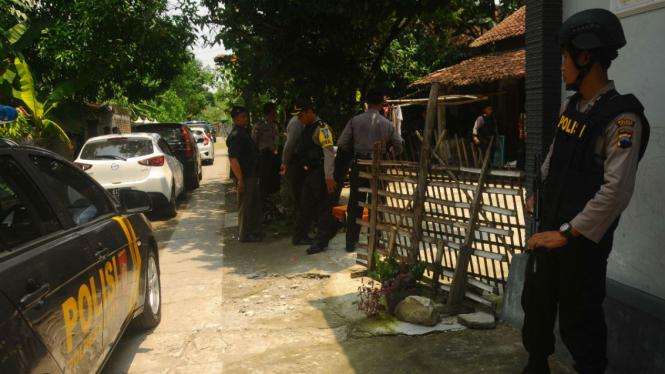 Anggota Polisi mengamankan lokasi saat akan melakukan penggeledahan rumah terduga teroris berinisial SY di Brengkungan, Cawas, Klaten, Jawa Tengah, Kamis (10/3).