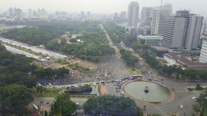 Situasi aksi unjuk rasa sopir angkutan di Patung Kuda, Jakarta, Senin, 14 2016