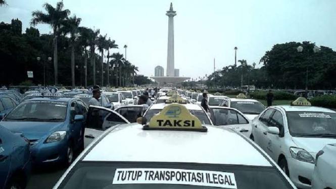 Ilustrasi/Sopir taksi demonstrasi massal di Monas, Senin (14/3/2016)