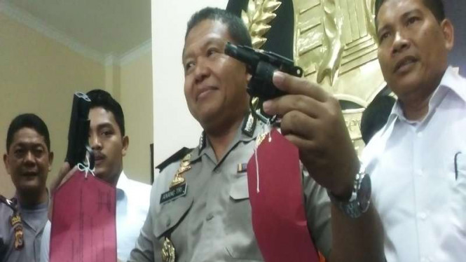 Kapolres Lhokseumawe AKBP Anang Triarsono menunjukkan barang bukti senjata apai yang hendak diselundupkan ke Lapas Kota Langsa Aceh, Senin (14/3/2016). Senjata ini akan digunakan untuk membantu meloloskan anak buah Din Minimi.