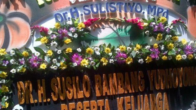 Karangan bunga Presiden keenam RI, Susilo Bambang Yudhoyono, duka almarhum Sulistiyo, Ketua Umum PGRI sekaligus anggota DPD RI, di Semarang, pada Selasa, 15 Maret 2016.