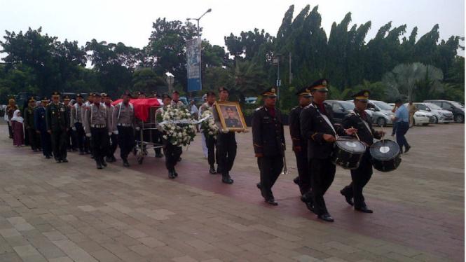 enazah Irjen Pol (Purn) Abubakar Nataprawira tiba di Taman Makam Pahlawan, Kalibata, Jakarta Selatan, Selasa, 15 Maret 2016.