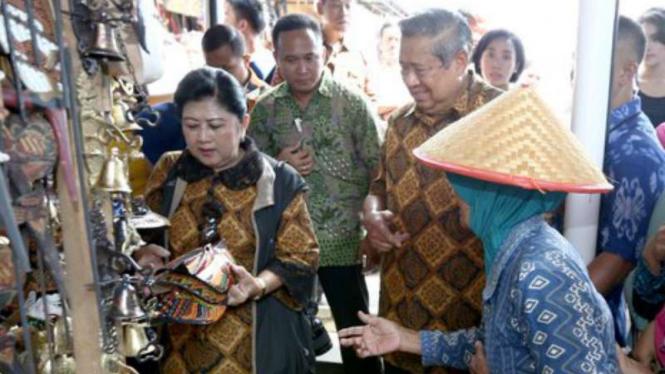Presiden Susilo Bambang Yudhoyono didampingi Bu Ani saat agenda Tour de Java. Di lini massa twitter, hadirnya Ani dalam acara SBY tersebut dikaitkan dengan kemungkinan dicalonkannya Ani Yudhoyono untuk calon Presiden 2019.