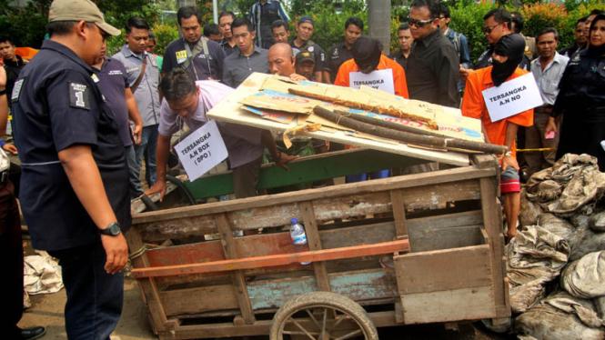 Polisi menggelar rekonstruksi pencurian kabel di gorong-gorong di Jalan Medan Merdeka Selatan, Jakarta Pusat, Selasa, 15 Maret 2016.