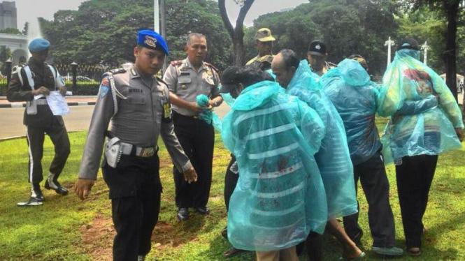Pengunjuk rasa ditangkap polisi karena mendekati pintu masuk Istana Negara.