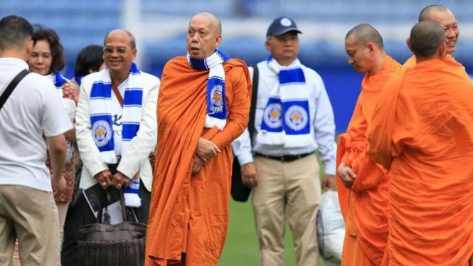 Sejumlah Biksu ketika berada di Stadion King Power