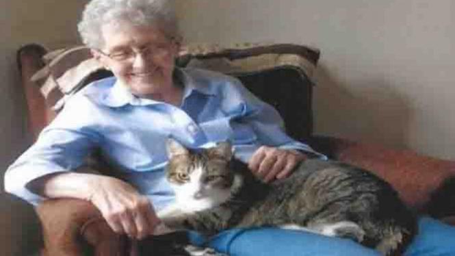 Kedekatan nenek dan kucing.